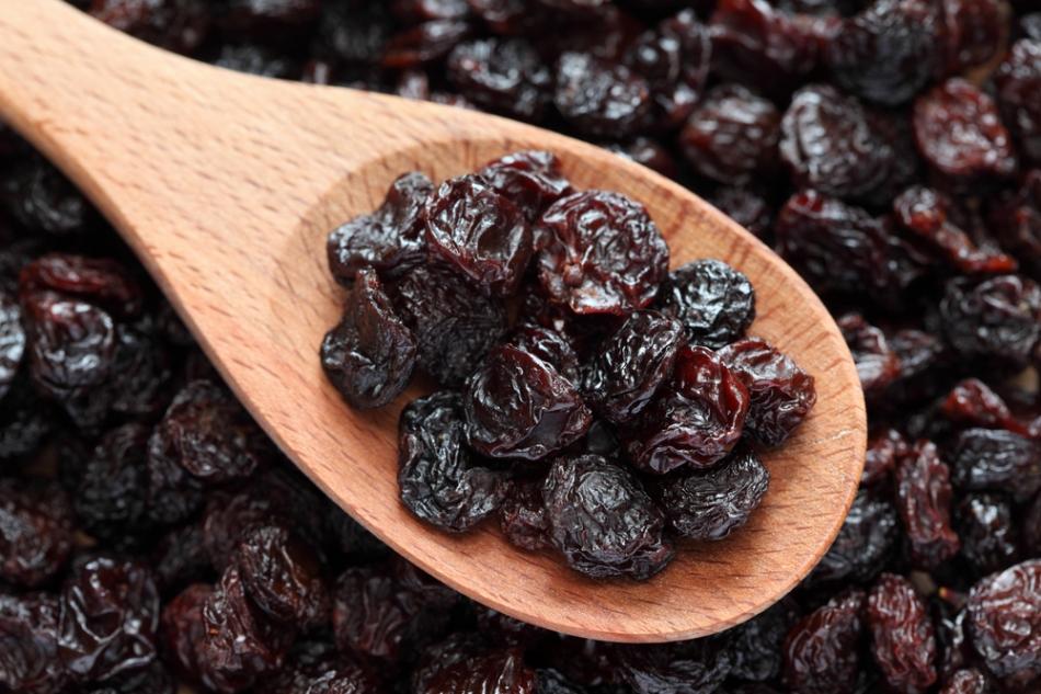 Kuru meyveler  Demir içeriği ile anemiye karşı koruyucu, yüksek antioksidan içeriği ile bağışıklık sistemini güçlendiren kuru meyveler, kalori içeriğinin yoğun olması ve kan şekerini hızlı yükseltmesi nedeniyle ölçülü tüketilmeli. Ara öğünlerde tüketeceğiniz 1 porsiyon kuru meyvenin (1 yemek kaşığı kuru üzüm, 3-4 adet kuru kayısı/erik, 1 adet kuru incir vb.) yanına ekleyeceğiniz 2 tam ceviz içi veya 6 adet fındık ile kan şekeri dengesi sağlayarak günlük demir ihtiyacınıza destek olabilirsiniz. Diğer kuru meyvelere kıyasla çekirdekli kuru üzümün demir içeriği daha yüksek. Ancak diyabet hastalarının dikkat etmesi gerekiyor. Açıkta satılan kuru meyveler de denetimsiz depolama koşulları nedeniyle fayda yerine zarar verebileceğinden, şeker ilavesiz paketli ürünleri tercih edebilirsiniz.