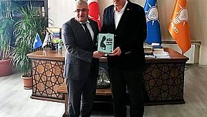 Başkan Dölekli, Ak Parti İl Başkanı Öz'e 'Bir Pasin Kitabı'nı hediye etti