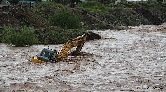 Bir iş makinası sel sularının içinde kaldı