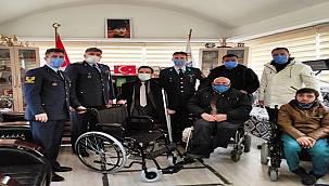Engellilere baston ve sandalye desteği