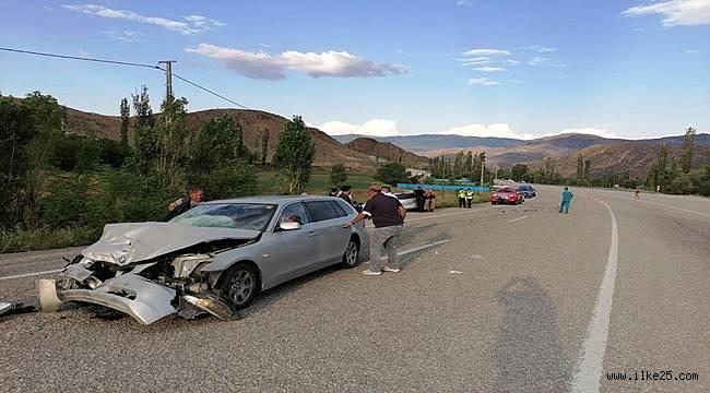 Erzurum'da iki otomobil kafa kafaya çarpıştı: 9 yaralı