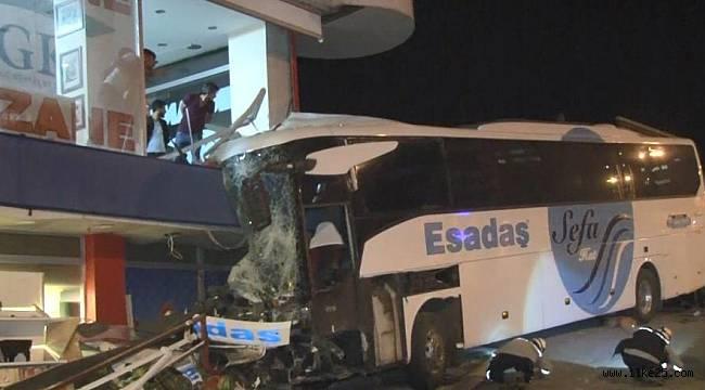 Park halindeki yolcu otobüsünün freni boşaldı, önüne ne kattıysa götürdü