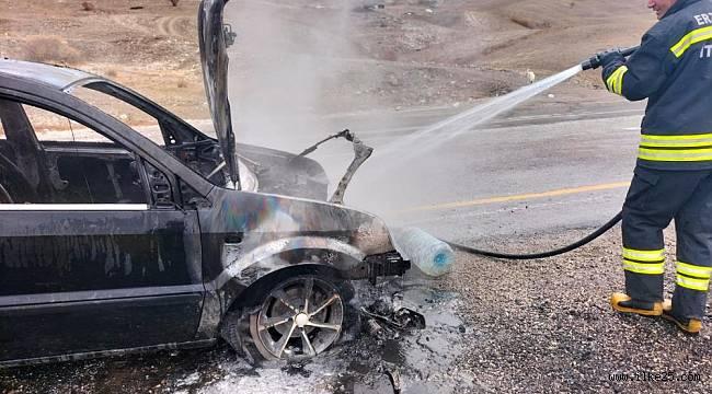 Seyir halindeki otomobil aniden alev aldı